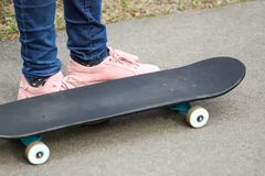 Child& x27; s iść na piechotę na deskorolka na asfaltowej drodze w parku obrazy royalty free