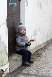 Child sits on the doorstep Royalty Free Stock Photos