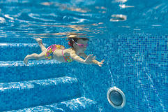 Child swimming underwater in pool Royalty Free Stock Photography