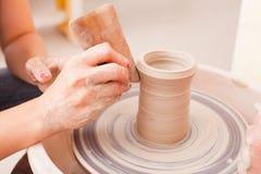 Child& x27; keramische Handwerkkünste s Stockfoto