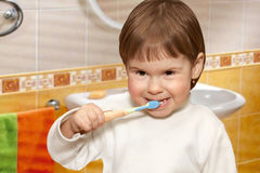 The child in a yellow bathroom Stock Photography