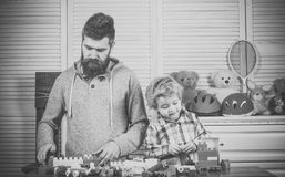 childcare προσχολική εκπαίδευση Έννοια οικογενειακών παιχνιδιών Οικογενειακό παιχνίδι με τους πλαστικούς φραγμούς κατασκευής Στοκ φωτογραφία με δικαίωμα ελεύθερης χρήσης