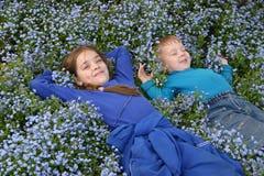 Childern en flowers_1 Imagenes de archivo