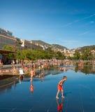 Childern som gör mest ut ur sommar på promenad du Paillon Arkivfoto