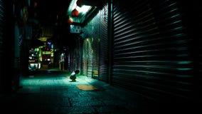 Childpeeps curiosos en un pequeño hueco en la calle de Taiwán foto de archivo libre de regalías