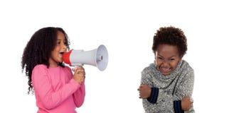 Childr divertente che grida tramite un megafono a suo fratello fotografie stock libere da diritti