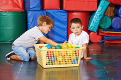 Childrean czyści up piłki w gym obraz stock