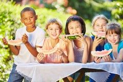 Childrean mangeant le melon Image stock