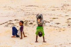 Childreen liten afrikan två i sanden arkivbilder
