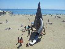 Childrem de Barcelona que juega en la playa foto de archivo libre de regalías