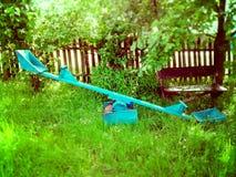 Children& x27 ταλάντευση του s στο παλαιό πάρκο Στοκ φωτογραφία με δικαίωμα ελεύθερης χρήσης