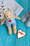 Children& x27 το παιχνίδι του s αντέχει, καρδιά μελοψωμάτων και ενδύματα Στοκ φωτογραφία με δικαίωμα ελεύθερης χρήσης