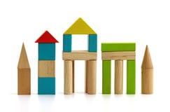 children& x27; блоки s деревянные на белой предпосылке стоковые фото