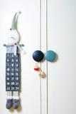 Children& x27; 与出现日历和圣诞节装饰的s角落 免版税库存照片