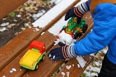 Children& x27; 与第一雪的s比赛 图库摄影