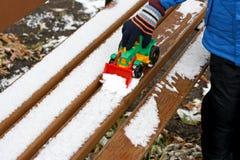 Children& x27; 与第一雪的s比赛 免版税库存照片
