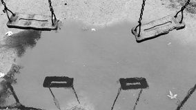 children& x27的反射; 在水坑的s摇摆 库存图片