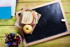 Children& x27; almoço de s à administração da escola, giz, um espaço para a inscrição, maçã, sanduíche Fotos de Stock