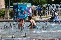Children bathe in the fountain Royalty Free Stock Images