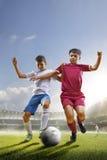 Children bawić się piłkę nożną na uroczystej arenie zdjęcie stock