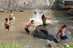Children bawić się przy rzeką Fotografia Royalty Free
