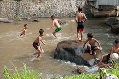 Children bawić się przy rzeką Obraz Royalty Free