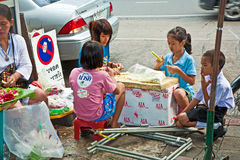 Children are binding flowers at the flower market in Bangkok Royalty Free Stock Photos