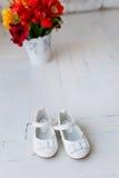 Children& x27 ; chaussures de blanc de s Image stock