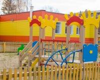 Children& colorido x27; campo de jogos de s no sol, em um teatro e em uma corrediça Imagem de Stock