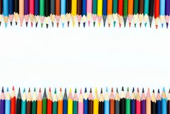 children& x27 de la escuela; s coloreó los lápices presentados en línea en un fondo blanco foto de archivo libre de regalías