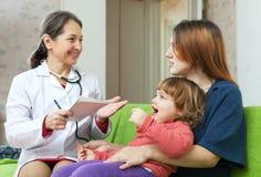 Children doktorski egzamininuje dziecko w domu Obrazy Stock