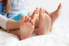 Children& drôle x27 ; s paye est aux pieds nus, plan rapproché Photos stock