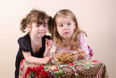 Children eating bagels Royalty Free Stock Images
