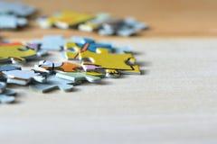 Children& x27; enigmas de s em um fundo de madeira Imagem de Stock