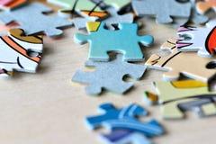 Children& x27; enigmas de s em um fundo de madeira Imagens de Stock