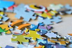 Children& x27; enigmas de s em um fundo de madeira Fotos de Stock