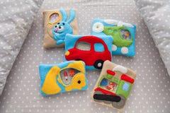 Children& x27; giocattoli molli di s fatti del vello colorato per sviluppo di motore Giocattoli nella greppia Vello della borsa r immagini stock libere da diritti