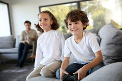 Children at home playing video games Royalty Free Stock Photography