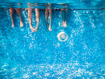Children i dorosły nogi podwodne obraz royalty free