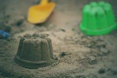 Children& x27 ; jouets de plage de s Photographie stock libre de droits