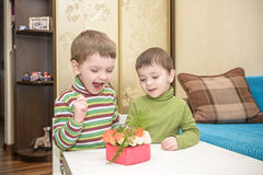 Children& x27; kreative Werkstatt s Vorbereiten des Geschenkes für Muttermuttertag Lizenzfreies Stockfoto