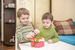 Children& x27; kreative Werkstatt s Vorbereiten des Geschenkes für Muttermuttertag Stockbild