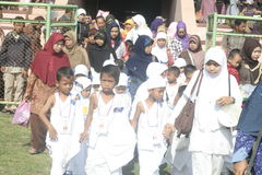 CHILDREN LEARN EARLY WORSHIP DRESS HAJJ HAJJ Royalty Free Stock Images