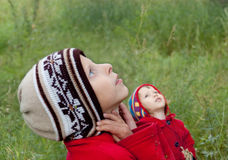 Children look upwards Royalty Free Stock Images