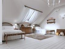 Children& luxuoso x27; sala de s com duas camas e uma janela do telhado Imagem de Stock Royalty Free