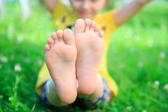 Children& x27; piedi di s su erba Picnic in parco Immagini Stock Libere da Diritti