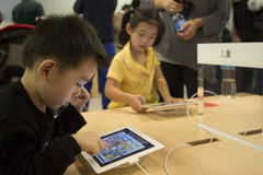 Children play ipad. At Apple Store in Shenzhen, China Stock Photos