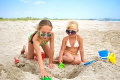 Free Children Play With Sand On Beach Stock Photography - 153960862