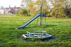 2 children playground Ταλάντευση και μια φωτογραφική διαφάνεια για να γλιστρήσει Στοκ φωτογραφία με δικαίωμα ελεύθερης χρήσης