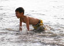 CHILDREN PLAYING AT THE BEACH IN INDONESIA Royalty Free Stock Photos